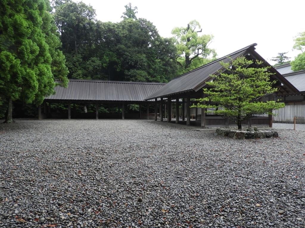五丈殿・九丈殿。屋根と柱だけという形状で、森の中の広々とした場所に敷き詰められた玉砂利の上に建っている。