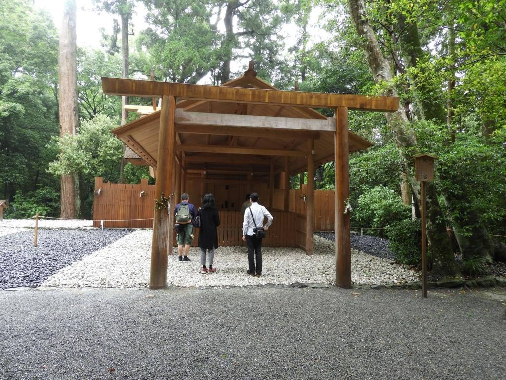 外宮別宮の風宮。三人の人がお参りをしている。左側に古殿地が見える。