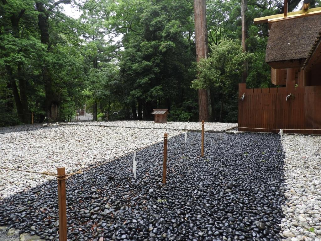 風宮の式年遷宮のための古殿地。玉砂利が白と黒に色分けされている。奥まった場所に覆屋が建っている。