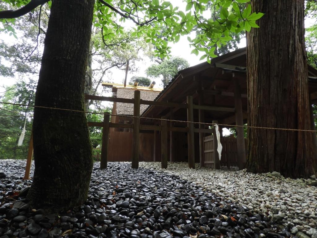巨木の奥に建つ多賀宮の社殿