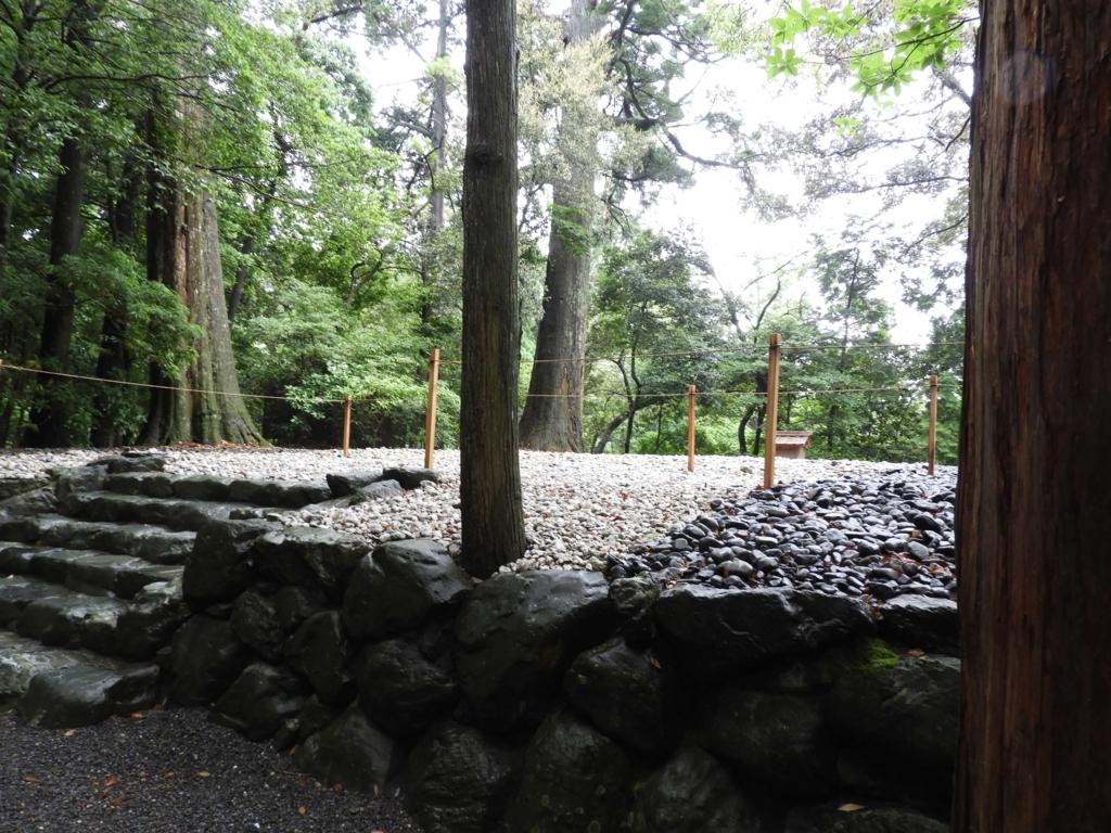 森に囲まれた多賀宮の古殿地。手前に6段の石段がある。
