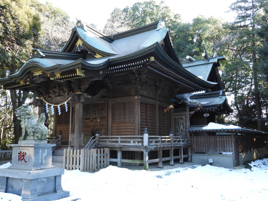 明治五年に再建された諏訪神社の茅葺屋根、総欅の拝殿