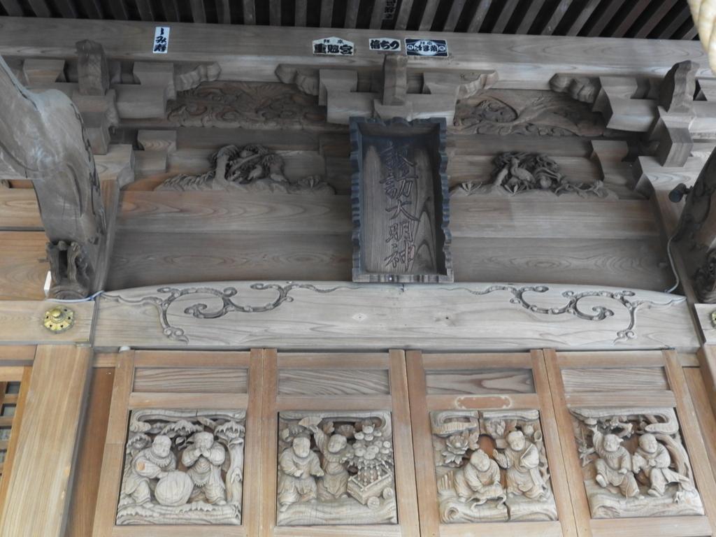諏訪神社拝殿の各所に彫られた見事な彫刻