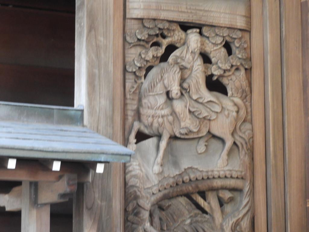 諏訪神社拝殿の廻廊の両側にある見事な彫刻