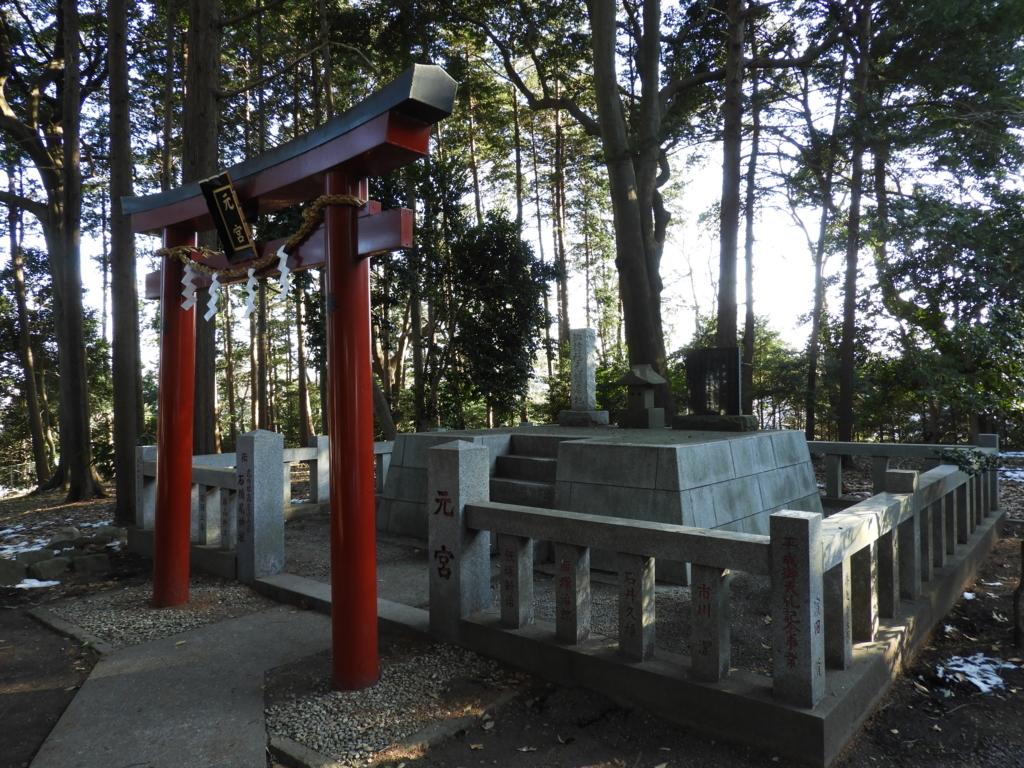 発祥の地の石祠を移転してきた諏訪神社の元宮