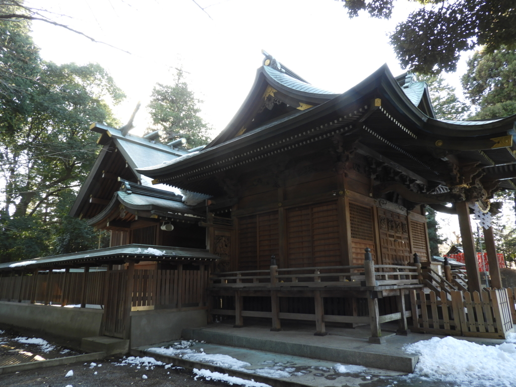 諏訪神社の堂々とした社殿