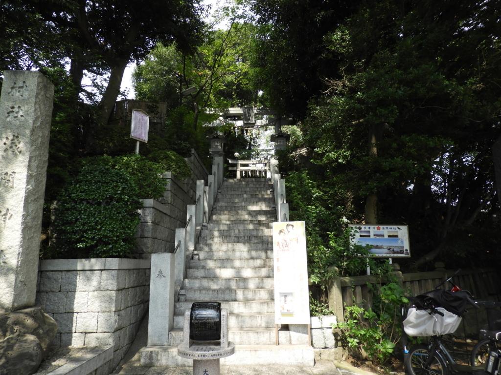 古墳の上に建つ多摩川浅間神社の参道入口