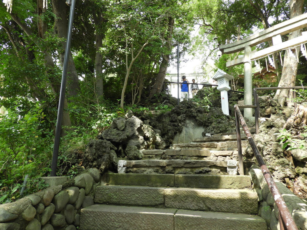 多数の溶岩が置かれた多摩川浅間神社の階段