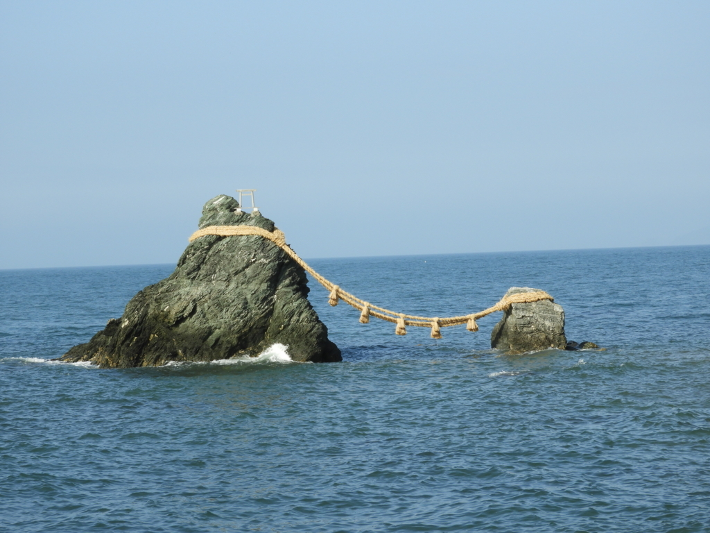興玉神石を拝むための鳥居である夫婦岩