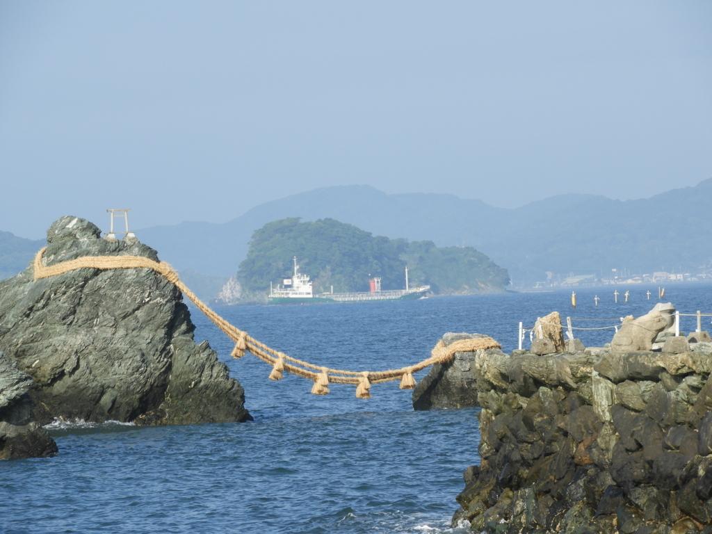 夫婦岩と船のコラボ