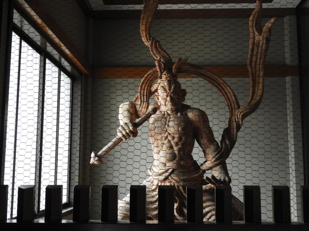 20代の猪木がモデルを快諾した池上本門寺本堂の仁王像