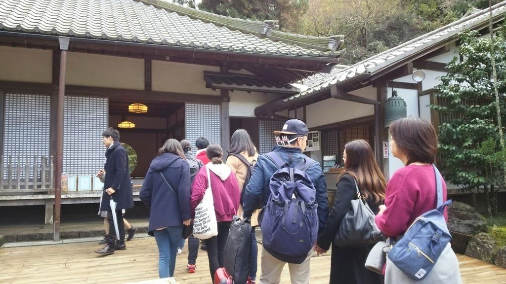 明月院の丸窓を撮影するために並んでいる人々