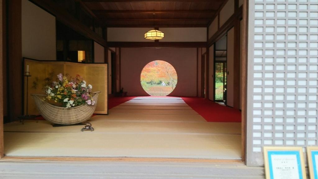 明月院本堂の「悟りの窓」