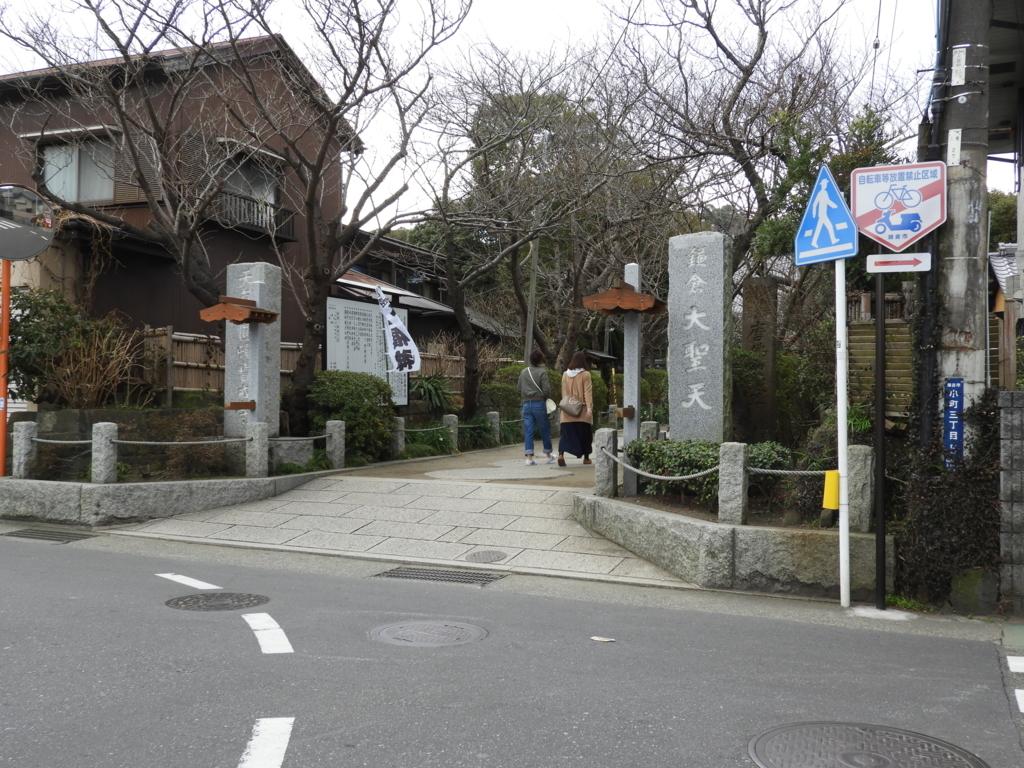 鶴岡八幡宮の前の道を東に進んだ突き当りに位置する宝戒寺
