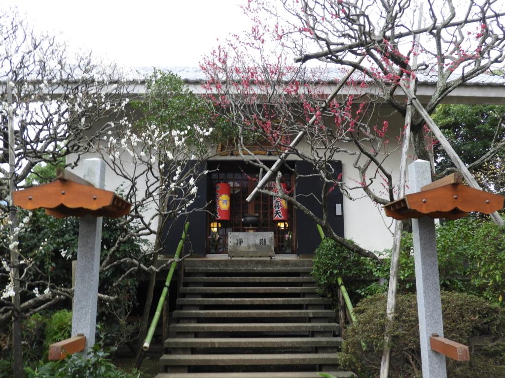 参拝者が絶えない宝戒寺の大聖歓喜天堂