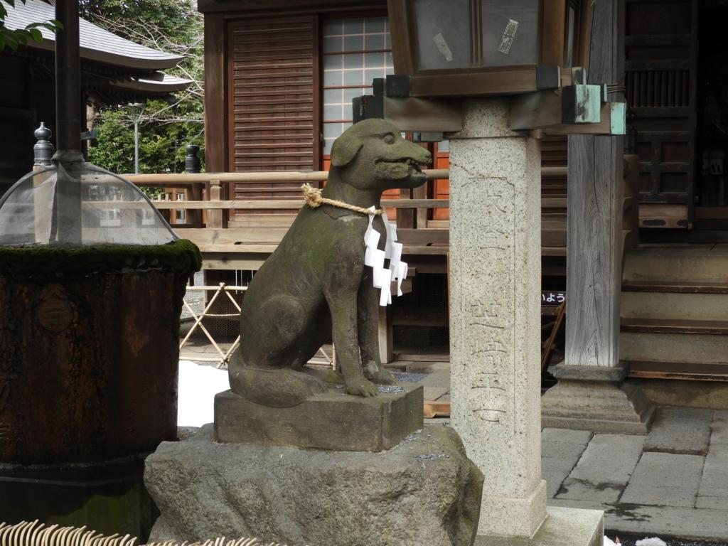 御嶽神社の拝殿前の狛狼