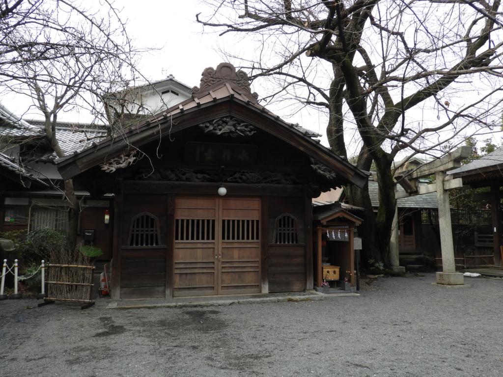 拝殿の左手に位置する御嶽神社の水行堂