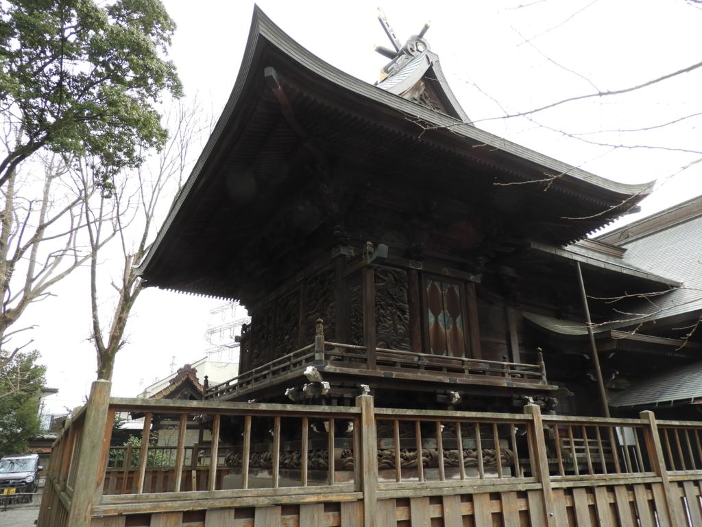 周囲に彫刻を施された御嶽神社の本殿