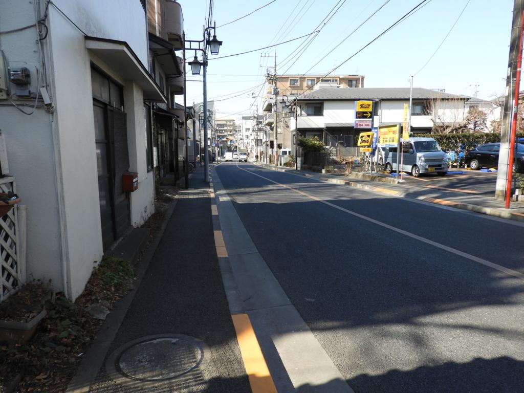 高安寺が面する旧甲州街道。2車線の下り坂だが弁慶坂という名が付いている