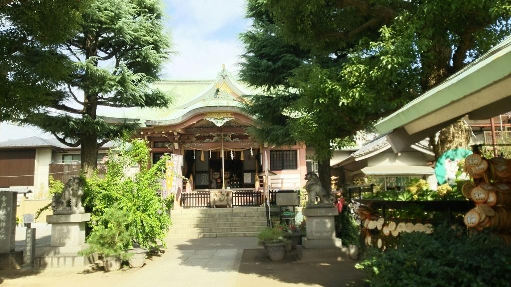 中央に招き猫が置かれた今戸神社の拝殿