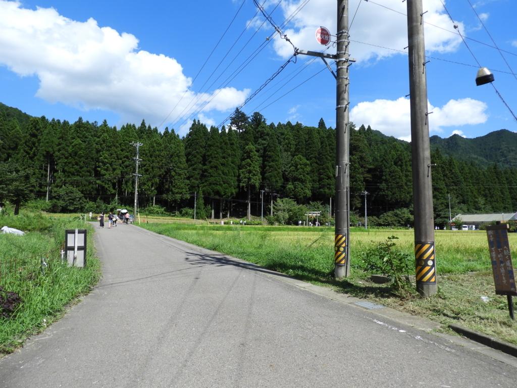 根道神社へ向かう駐車場の間の道
