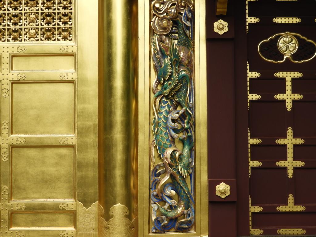 唐門の右側に彫られた昇り龍