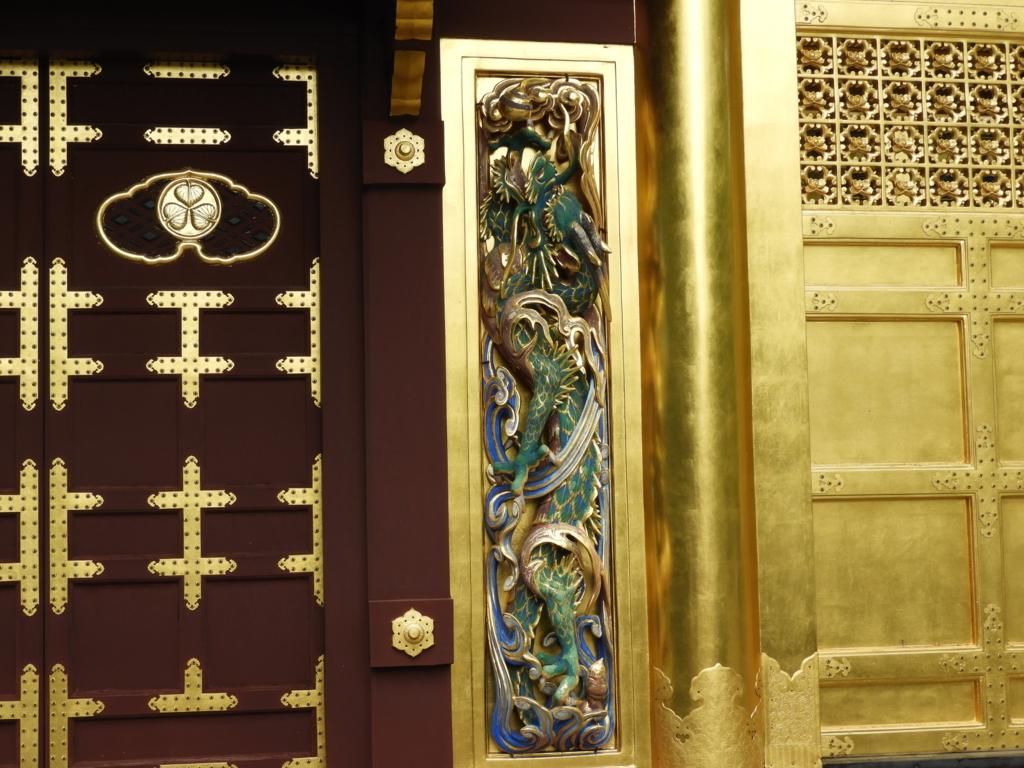 唐門の左側に彫られた降り龍