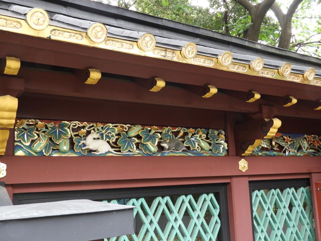 透塀の上段に表現された野山の動物と植物