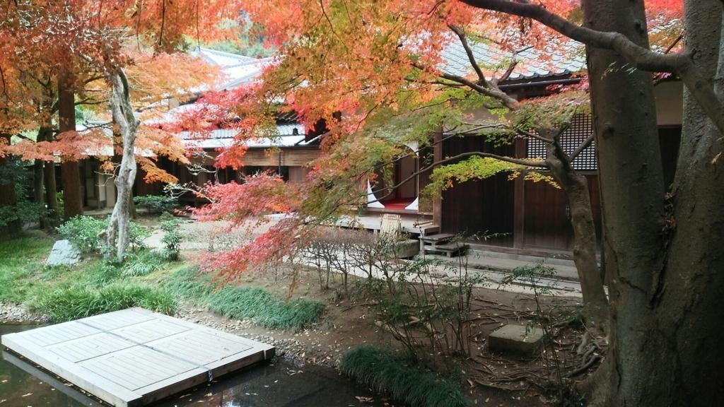 庭園側から見た丸窓