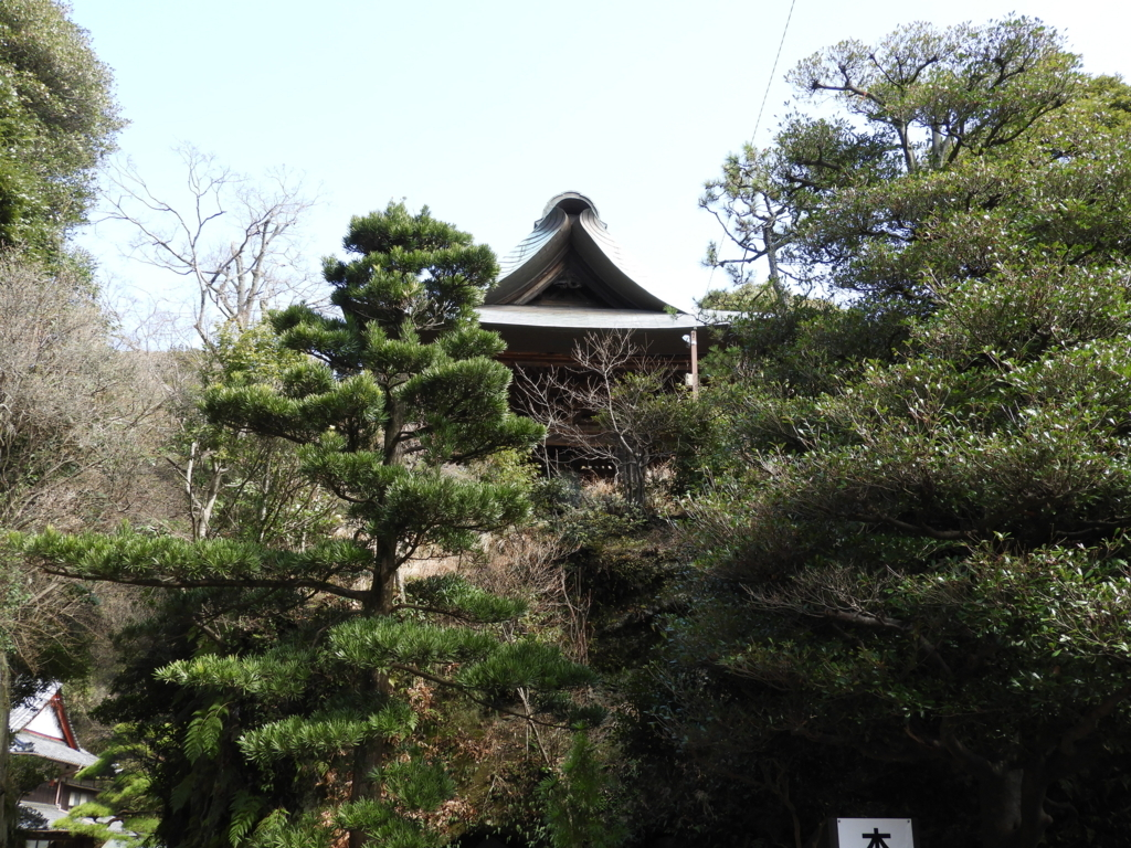 切通しの上に位置する「神武寺の晩鐘」