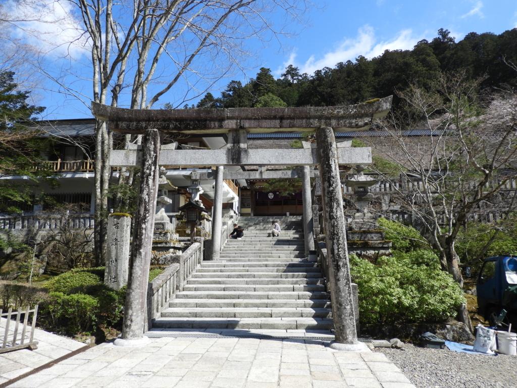 拝殿前の石段