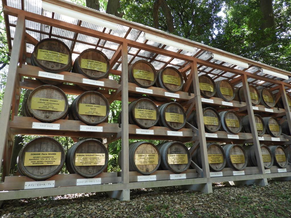 奉納されたワイン樽