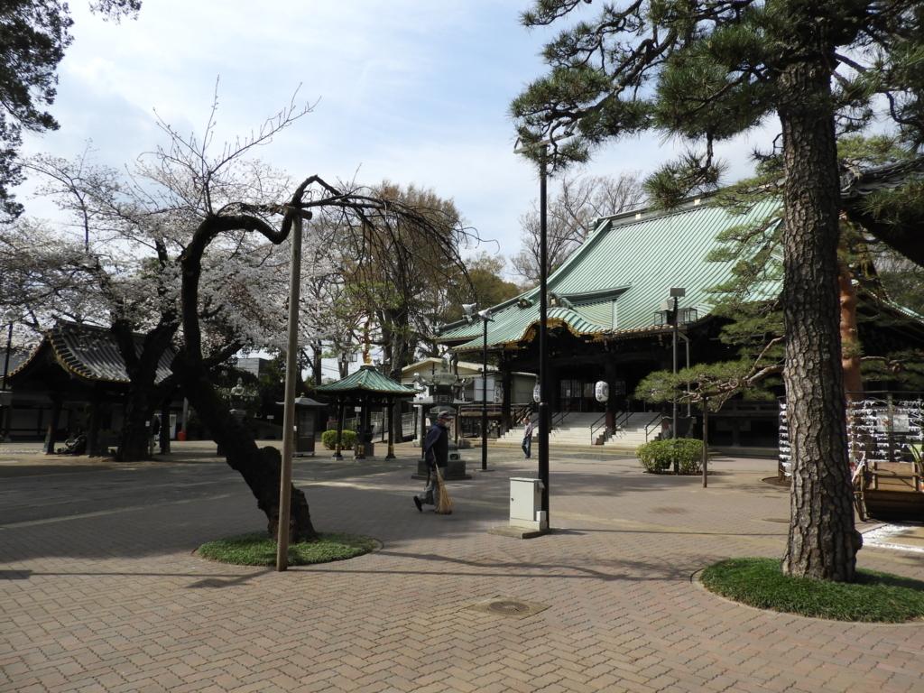 荘厳な建物が並ぶ妙法寺の境内