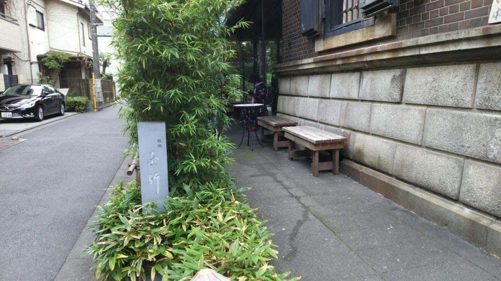 店の外に置かれた順番待ちの人が座るためのベンチ