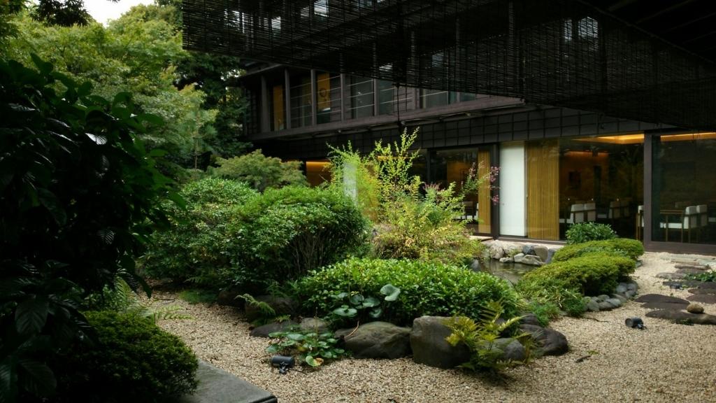 店内から望む美しい庭園