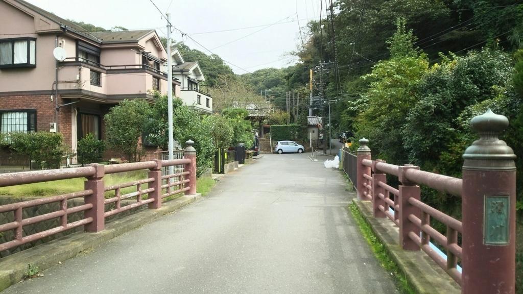 住宅街の奥に見える門