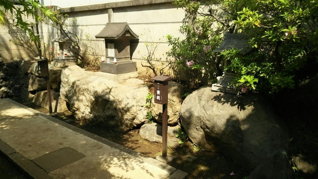 左から順に御嶽神社・開運稲荷大神・三峯神社
