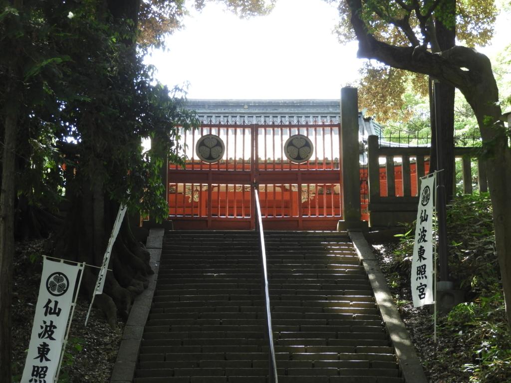 階段上の門