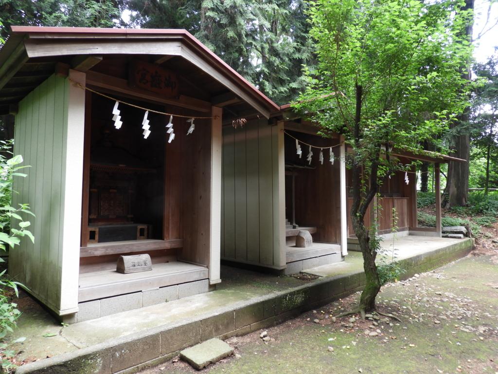 手前が御嶽宮、中央が菅原神社