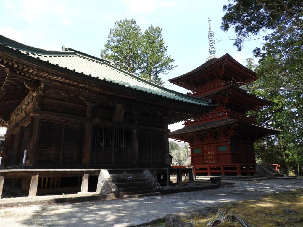 四本龍寺のお堂と三重塔