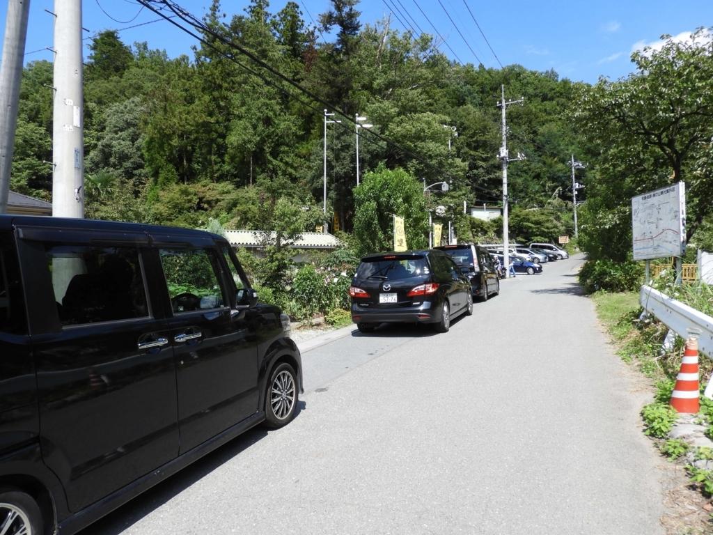駐車場への車列