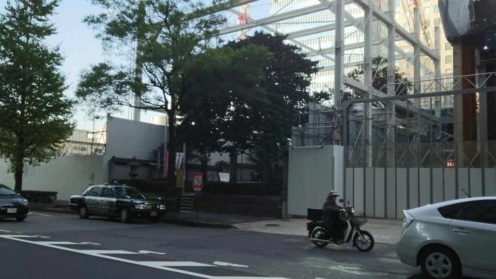 大規模再開発事業のど真ん中に残された平将門の首塚