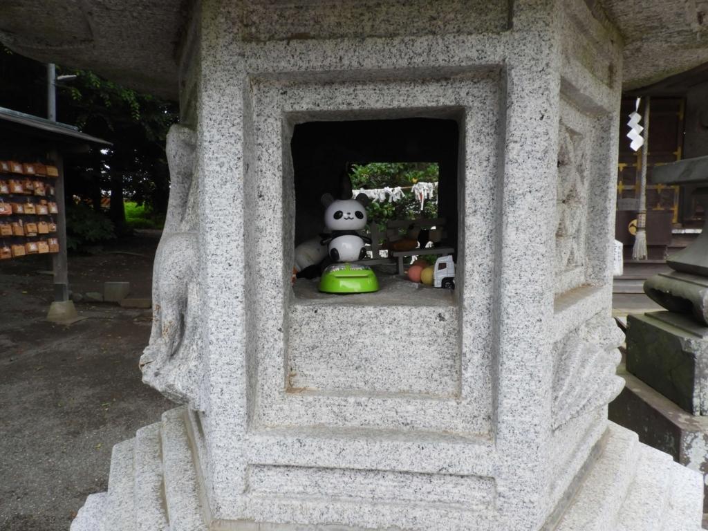 石燈籠の中のパンダ