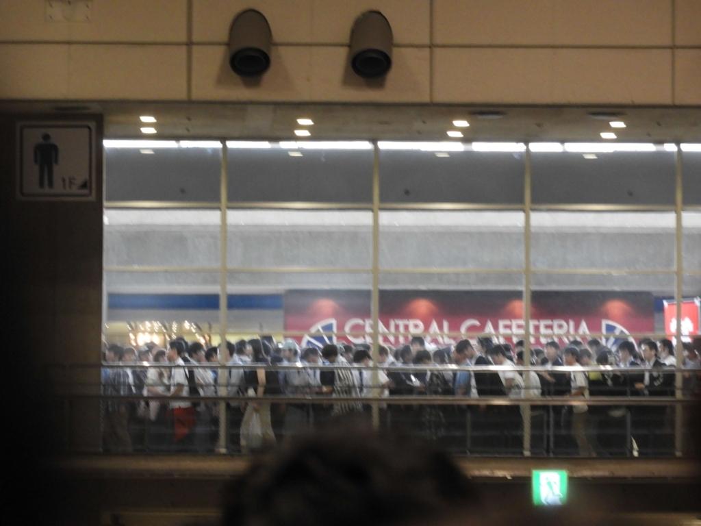 6ホール内部から廊下を写した画像