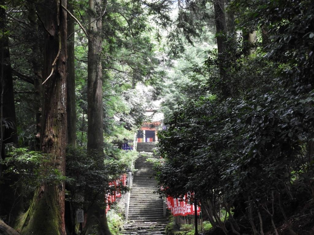 森の中の石段の上に本堂