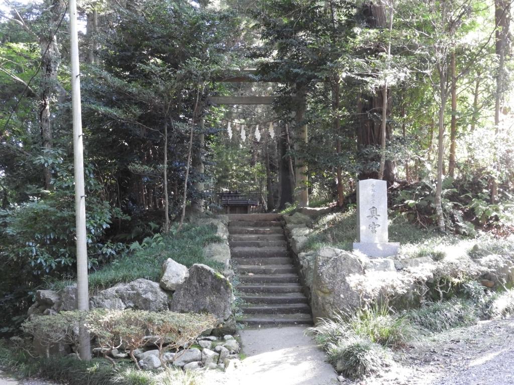 要石の近くにある奥宮