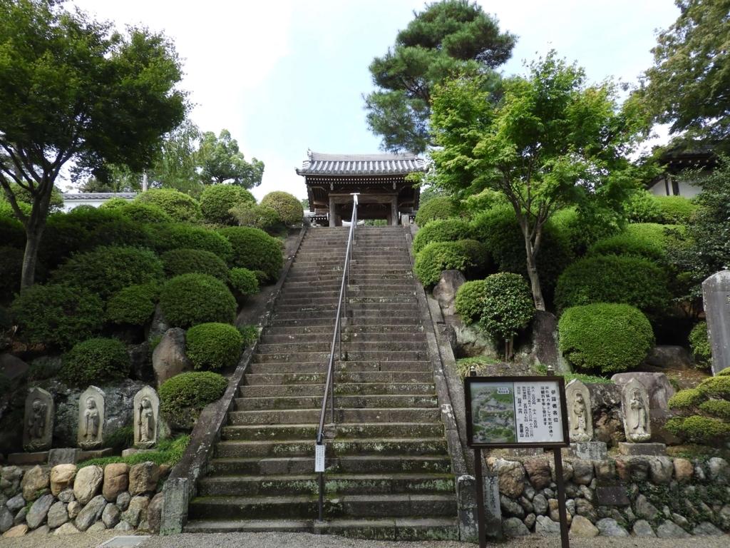 中門への階段