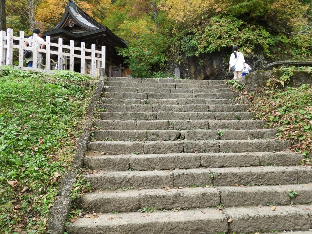 九頭竜社を前にした階段