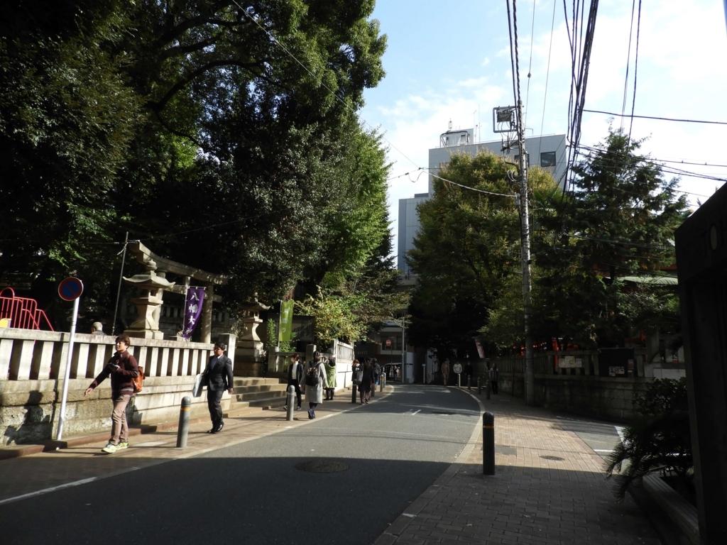 道路の反対側にある豐榮稲荷神社