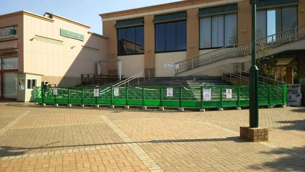 駅前とモールをつなぐ歩道橋へ通じる階段